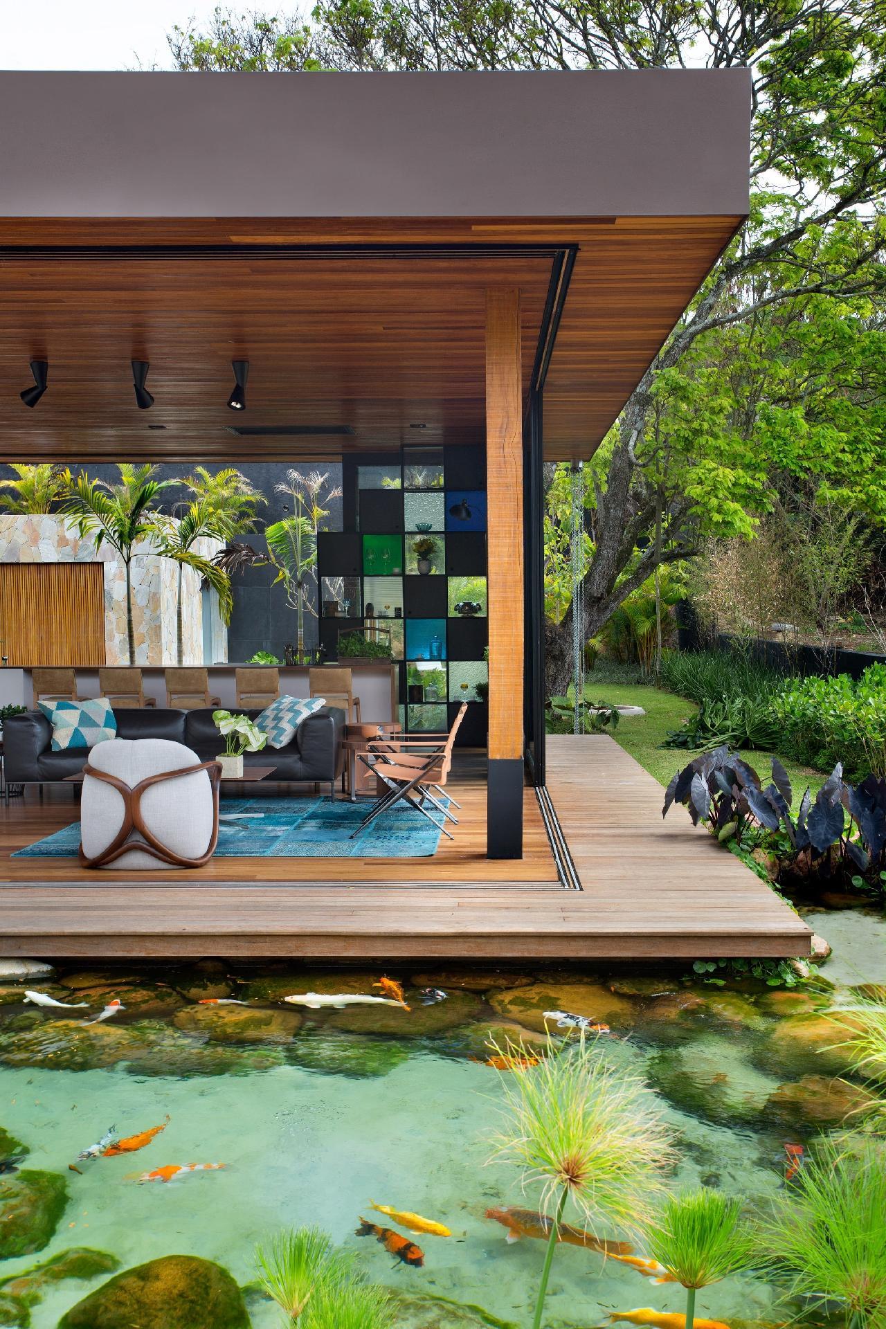 A casa de campo assinada pelo arquiteto Otto Felix tem arquitetura contemporânea e é toda aberta para o jardim. As salas se integram ao lago (Genesis Ecossistemas) que, na verdade, é uma piscina biológica. Neste tanque é possível nadar com as carpas