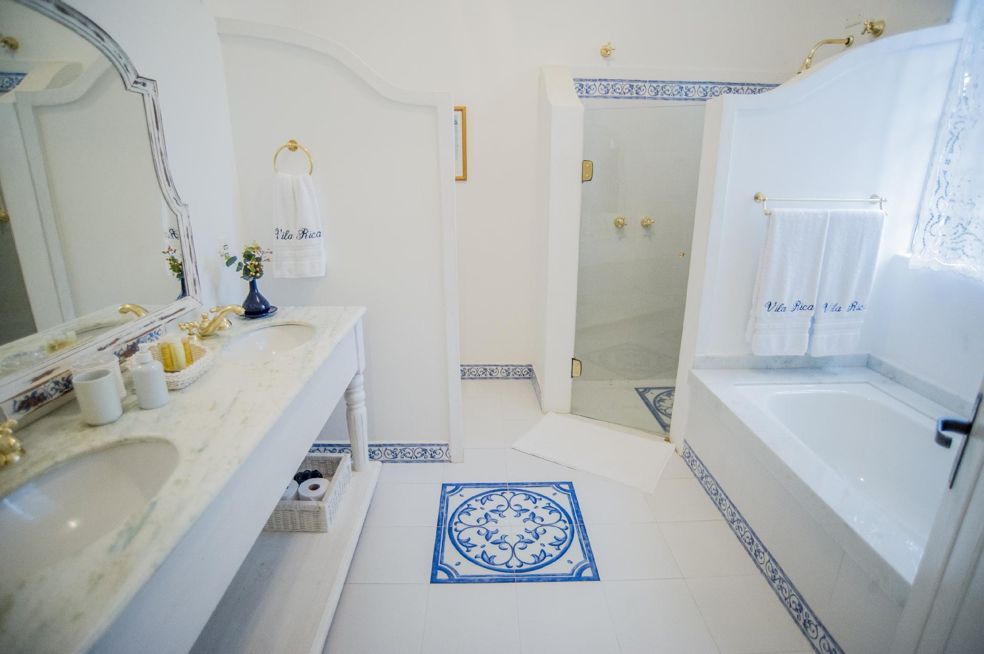 Originalmente o pavimento inferior não tinha banheiros, que foram construídos com a grande reforma nos anos 30. O arquiteto Leonardo Junqueira encontrou vários problemas hidráulicos, o que exigiu repaginação total dessas áreas molhadas, com nova cerâmica azul e branca, em estilo colonial, e bancadas de mármore