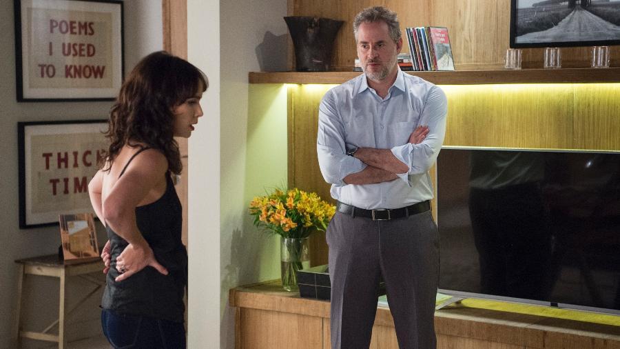 """Eugenio (Dan Stulbach) pede que Irene (Débora Falabella) se afaste em """"A Força do Querer"""" - Estevam Avellar/TV Globo"""