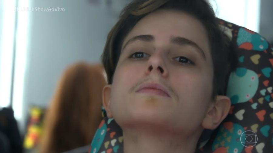 Carol Duarte demora de 2 a 3 horas para receber a barba de Ivana, colada fio a fio - Reprodução / TV Globo