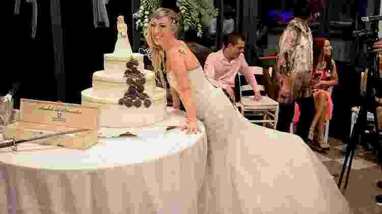 """Laura Mesi posa ao lado do bolo com uma """"noivinha"""" - Reprodução/Facebook"""