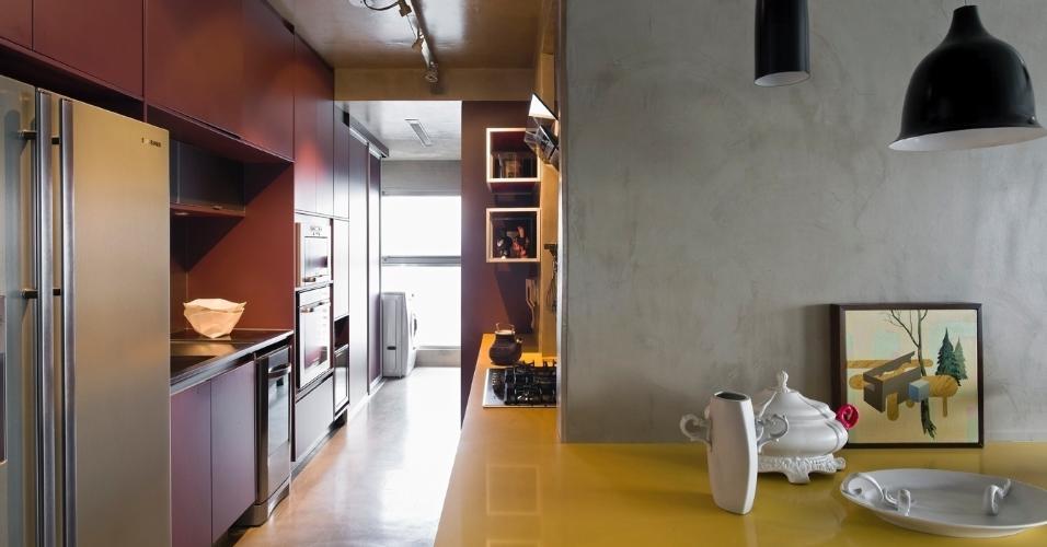 7 m². Em cozinhas compactas, a exemplo deste projeto, o arquiteto Diego Revollo recomenda sempre utilizar eletrodomésticos de embutir. Eles se encaixam de forma precisa na marcenaria sem sobras ou grandes áreas ao redor do eletrodoméstico. Com isso, é possível ganhar espaço nos armários.