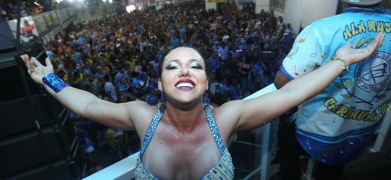 Andréa Capitulino, rainha de bateria da Acadêmicos do Tatuapé, comemora a vitória da escola no Carnaval de SP - Ricardo Matsukawa/UOL