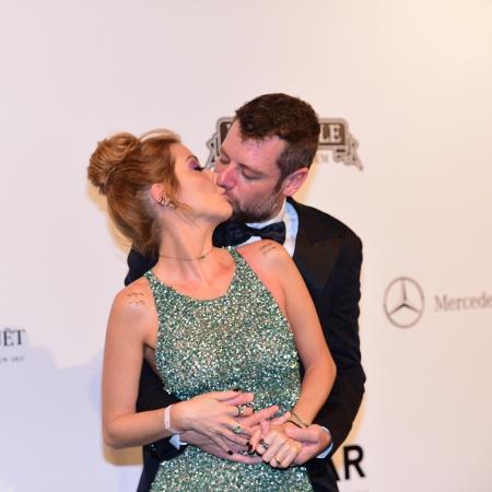 Luiza Possi e o noivo, Cris Gomes, no baile da amfAR - AgNews