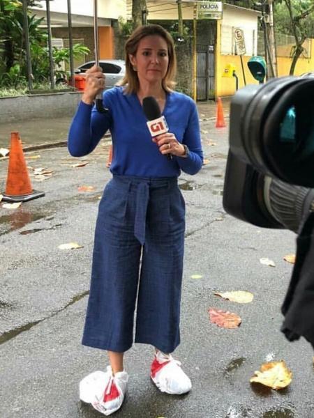 """Renata Capucci se protege como pode da chuva durante reportagem para o """"Jornal Hoje"""" - Reprodução/Instagram/reantacapucciofficial"""