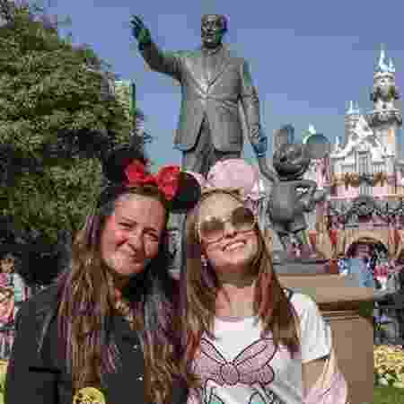 Na Disney, com a atriz Larissa Manoela - Arquivo pessoal