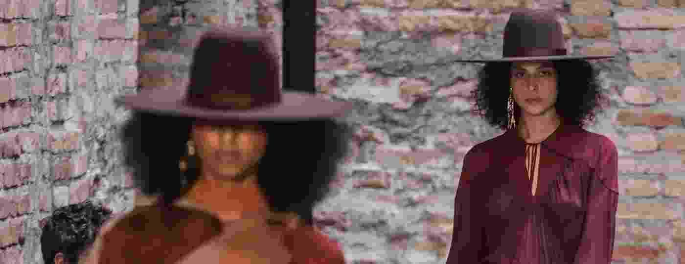 Modelos da Bobstore desfilam coleção recheada de chapéus de bruxa e misticismo na SPFW - Xinhua - 15.out.2019/Rahel Patrasso