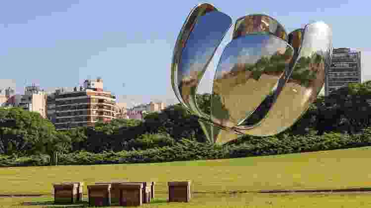 A flor de aço e alumínio é uma das atrações mais fotografadas da cidade - Ente de Turismo de la Ciudad de Buenos Aires/Divulgação