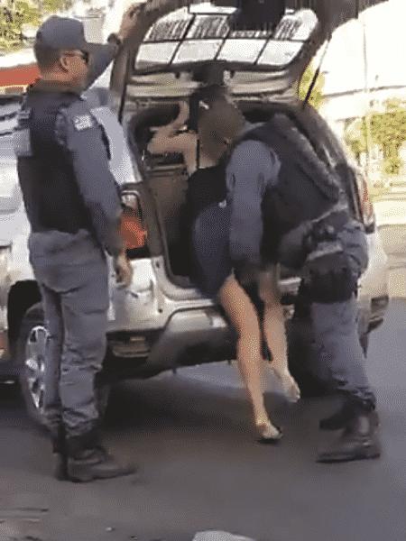 Policial coloca a mão entre as pernas de mulher em São Luís - Reprodução