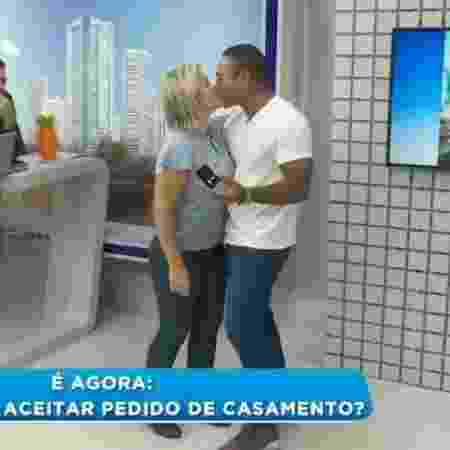 """Dayane Enz aceita pedido de casamento um dia após dar """"toco"""" ao vivo no namorado - Reprodução/RIC TV"""