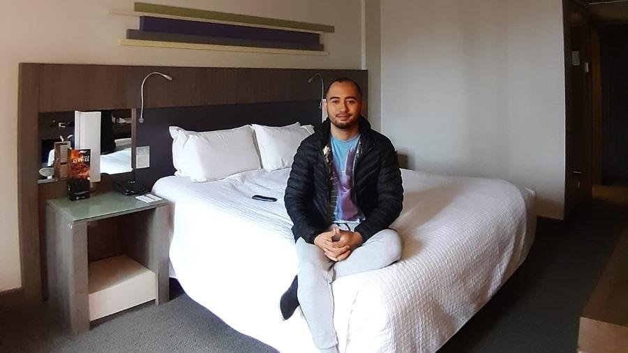 Técnico de enfermagem Adolfo Casas Ebel no quarto de hotel obtido gratuitamente pelo Rooms Against Covid - Divulgação