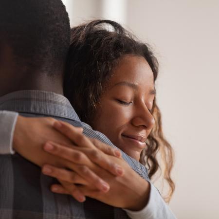 Abraço pode acolher várias emoções, como tristeza e medo - iStock/Getty Images