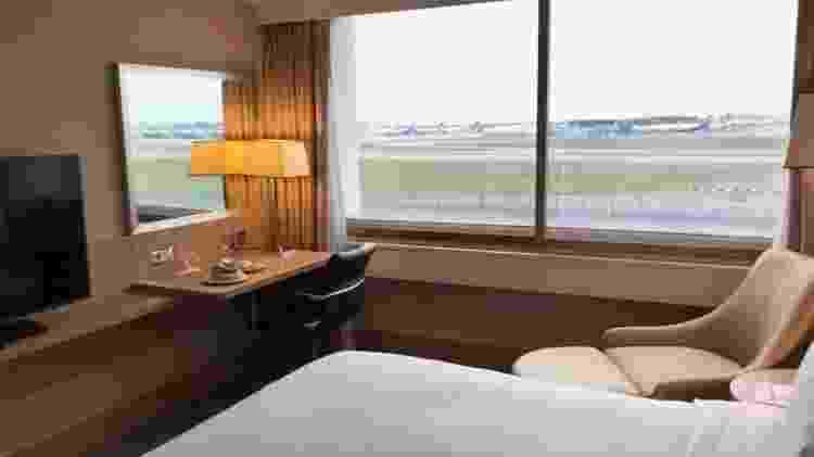 Um dos quartos do hotel sendo usado para colocar as chegadas em quarentena - Reprodução - Reprodução