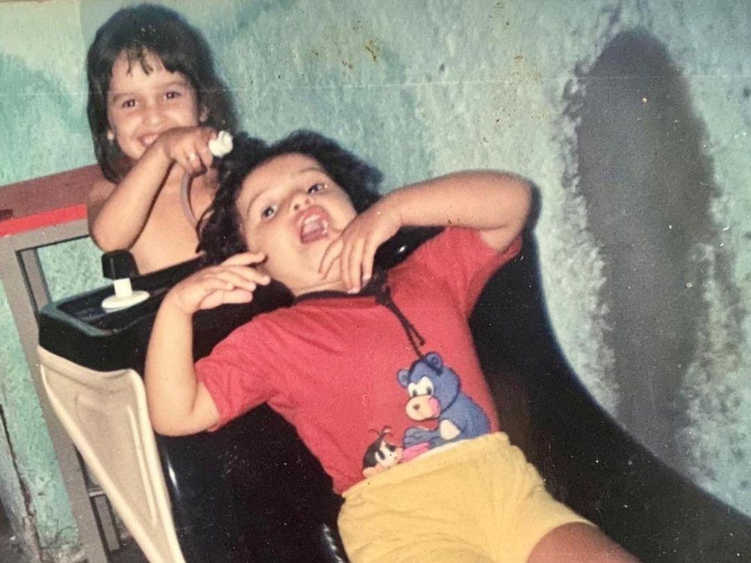 Juliette aparece brincando de cabeleireira em foto da infância