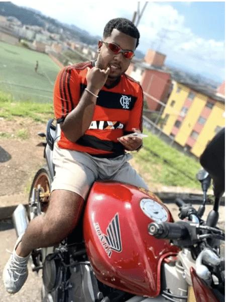 Filype Kaique da Silva, 24, o VulgoFK, com a Cohab de Cidade Tiradentes (SP) ao fundo  - Arquivo pessoal