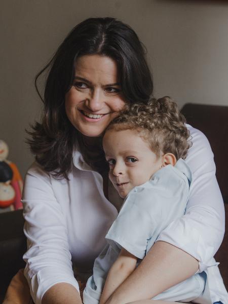 Larissa Carvalho, 44, da Globo Minas, com Theo, 5, que não anda, não senta e não fala, por causa de doença não detectada pelo teste do pezinho  - Carol Salgado/Divulgação