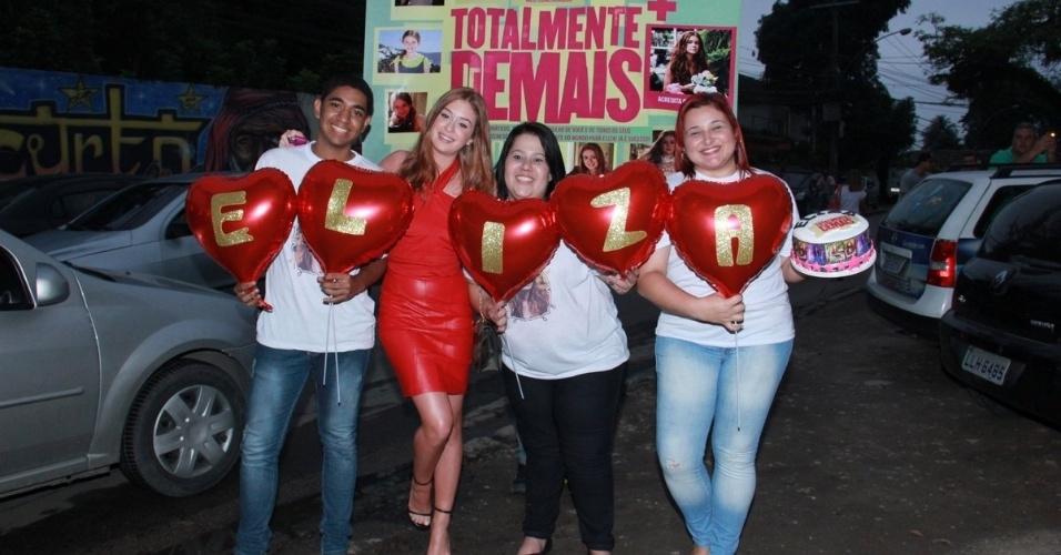 9.nov.2015 - Marina Ruy Barbosa ganhou bolo e balões em formato de coração de fãs que a esperavam na porta do centro de eventos