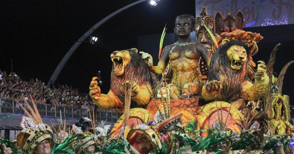 6.fev.2016 - Carro alegórico da Águia de Ouro na avenida na primeira noite de desfiles do Carnaval de São Paulo