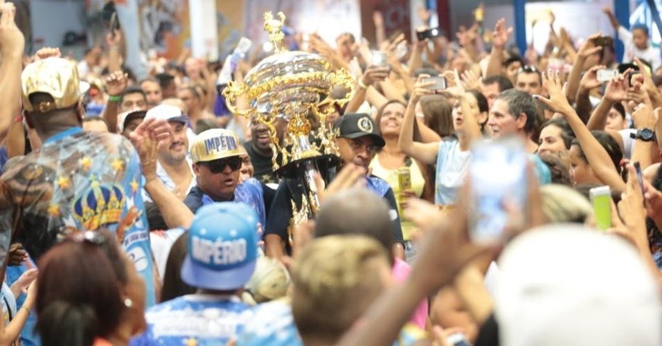 9.fev.2016 - Troféu de campeã do Carnaval chega à quadra da Império de Casa Verde, na zona norte de São Paulo