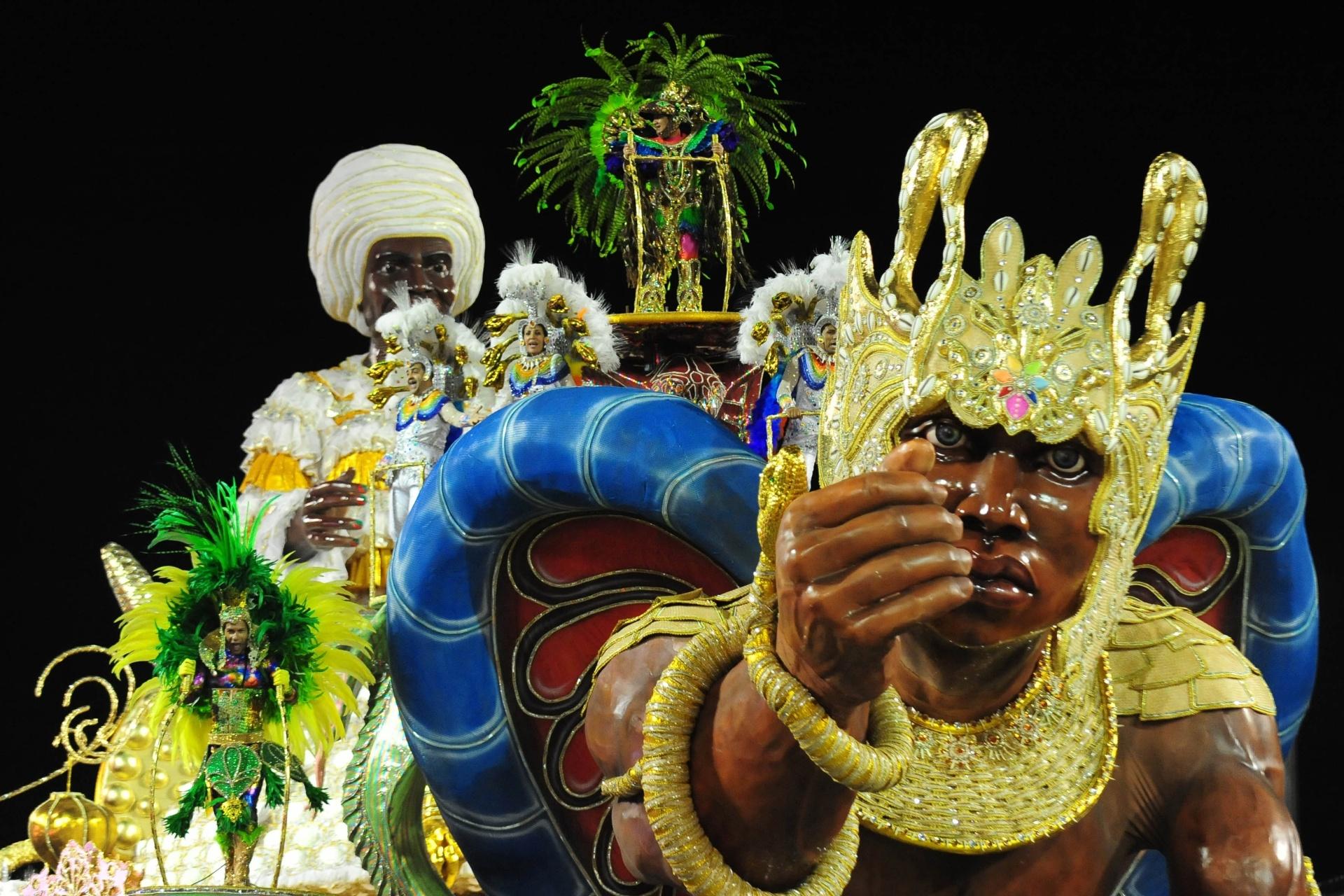 13.fev.2016 - A Mocidade Alegre relembrou as origens do samba, com raízes africanas