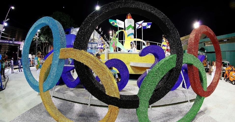 13.fev.2016 - Movimentação antes do início dos desfiles das campeãs, no Rio