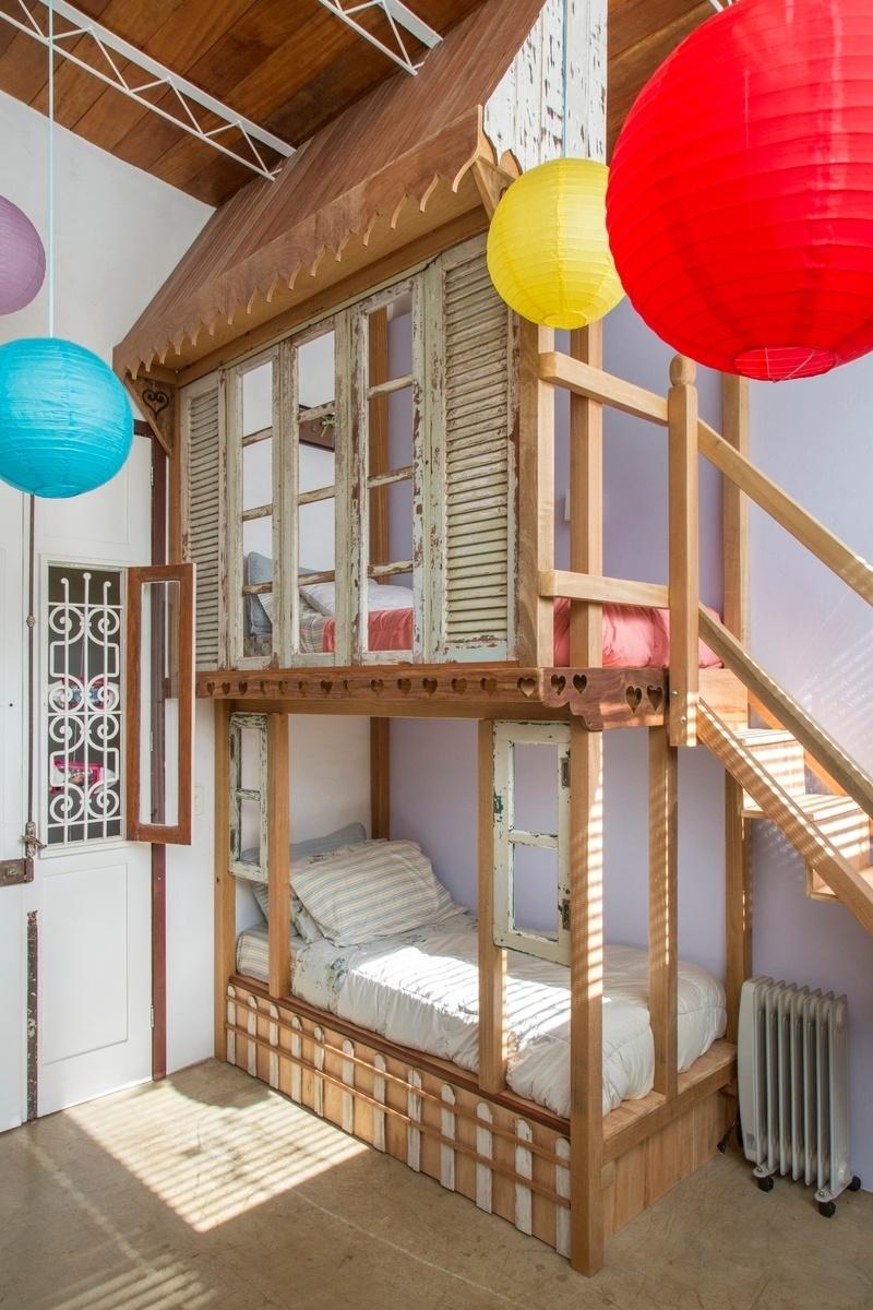 No dormitório das crianças, o beliche criado pela artista plástica Katharina Welper tem formato de casinha de bonecas. A casa Samambaia é um projeto do arquiteto Rodrigo Simão