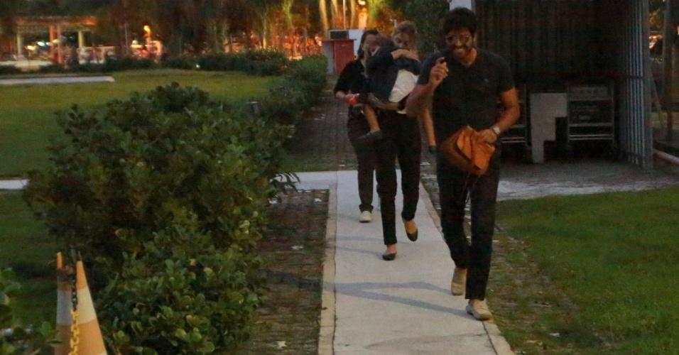 26.jun.2016 - Grazi Massafera deixa heliponto na Lagoa Rodrigo de Freitas, no Rio, acompanhada da filha, Sofia, e do novo namorado, o empresário Patrick Bulus