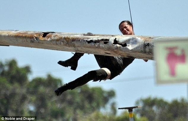 """Alicia Vikander como Lara Croft em fotos da produção de filme de """"Tomb Raider"""""""