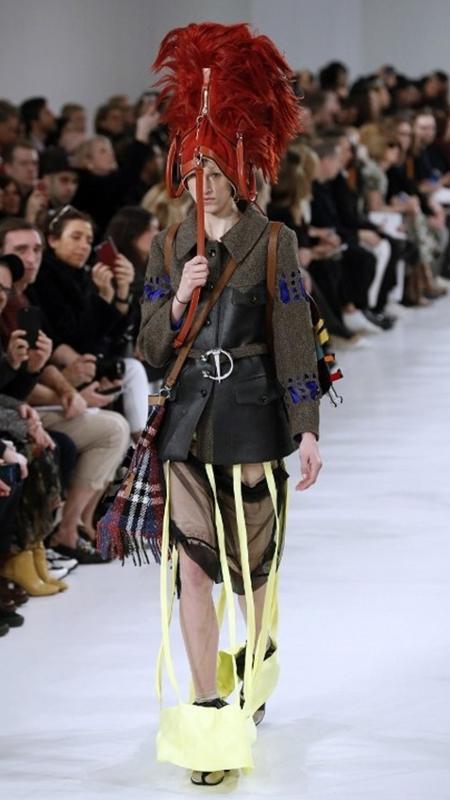 Bolsa como chapéu ganhou os holofotes na Semana de Moda de Paris - AFP