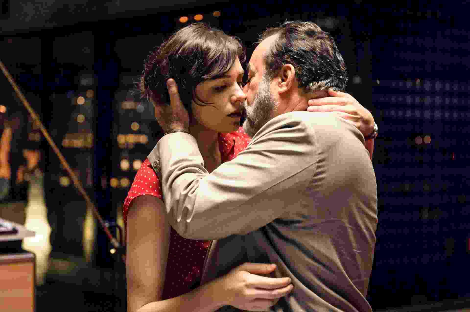 """Em """"Vade Retro"""", Abel (Tony Ramos) finalmente consegue seduzir Celeste (Monica Iozzi) - Ramón Vasconcelos/Divulgação/TV Globo"""