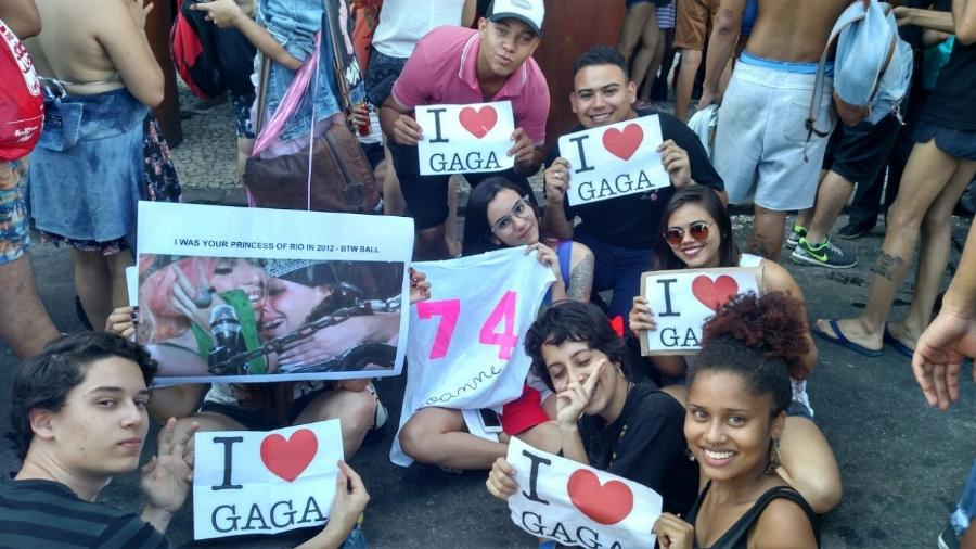 Animados, fãs de Gaga enfrentam calor e horas de espera na porta de hotel - Marcela Ribeiro/UOL