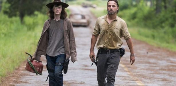 "Carl e Rick caminham juntos no último episódio do ano de ""Walking Dead"""