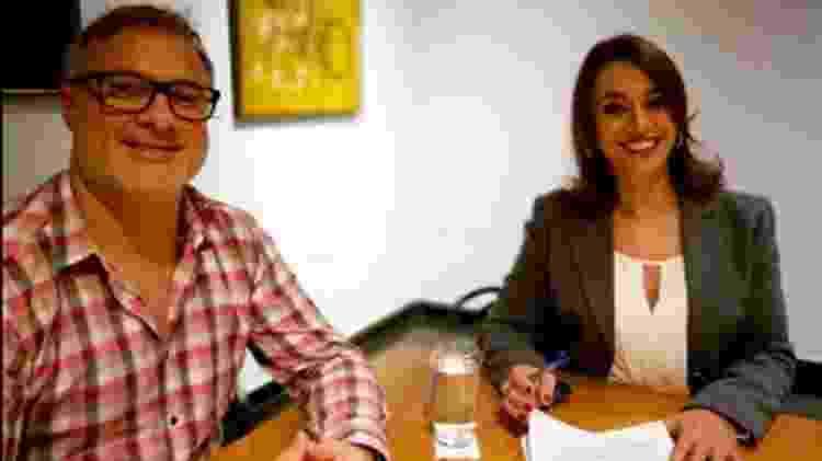 Guillermo Pendino, diretor de entretenimento da Band, recebe Cátia para assinar contrato de dois anos - Divulgação/Band