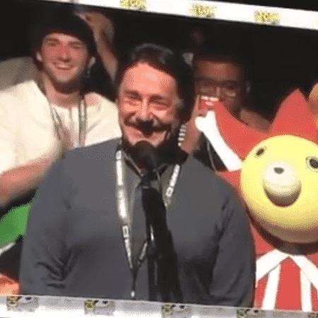 """Momento divertido Peter Cullen no painel de """"Bumblebee"""" na Comic-Con - Reprodução/Twitter"""