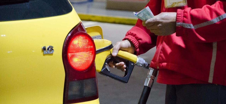 """Muitos têm """"macetes"""" para reduzir gasto de combustível, que na verdade aumentam consumo e danificam o veículo; preço médio da gasolina já passa de R$ 5 - Geremias Orlandi/Futura Press/Folhapress"""