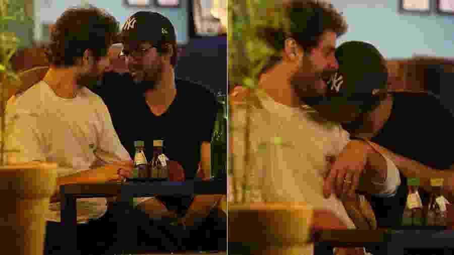 Maurício Destri e Gil Colelho trocam carinhos em bar no Rio - AgNews