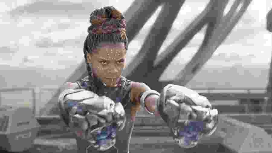 """A atriz Letitia Wright em cena de """"Pantera Negra"""" - Reprodução"""
