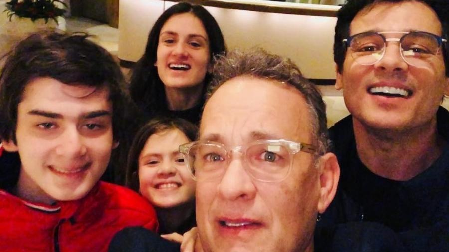 Celso Portiolli e família tietam Tom Hanks - Reprodução/UOL