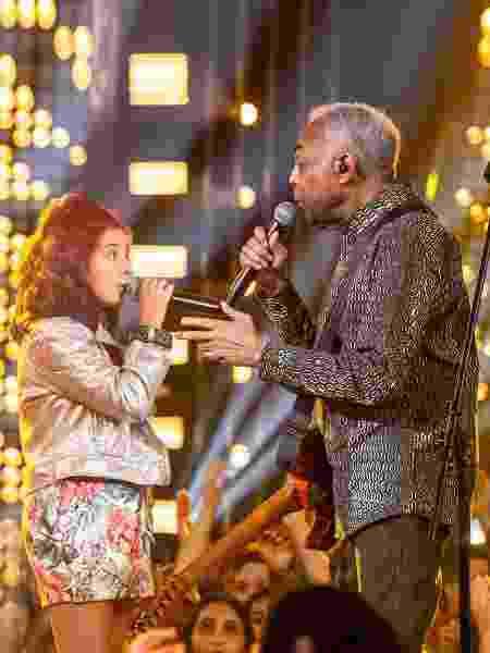 Gilberto Gil canta com a neta, Flor, no programa SóTocaTop, da Globo - Fábio Rocha/TV Globo