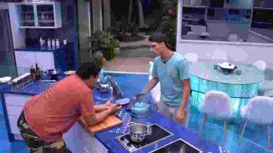 BBB 20 - Babu e Prior conversam na cozinha vip - Reprodução/Globoplay