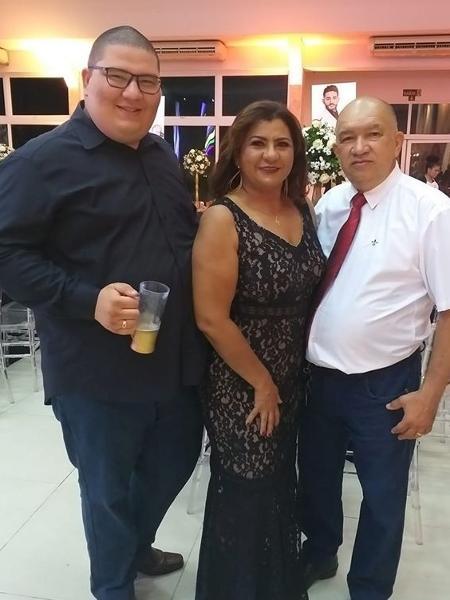 O gastrólogo Matheus Aciole, 23, com a mãe e o pai - Reprodução/Facebook