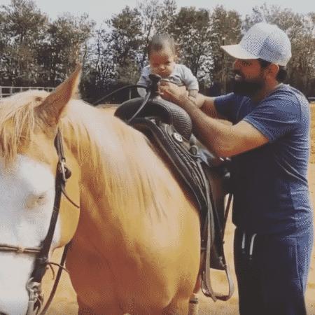 Sorocaba coloca o filho, Theo, em cima de cavalo - Reprodução/Facebook/Fernando e Sorocaba