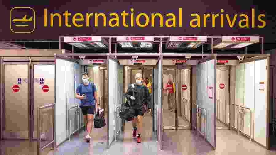 Passageiros chegam ao aeroporto de Gatwick, em Londres  - PA Images via Getty Images