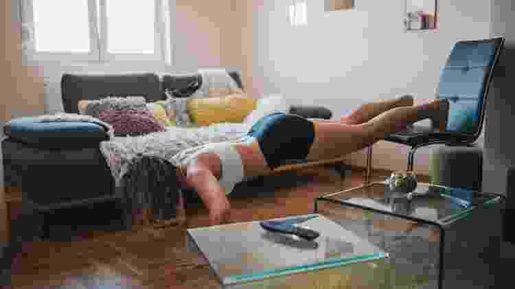 Flexão de braços declinada, treino funcional, exercício, atividade física - iStock - iStock