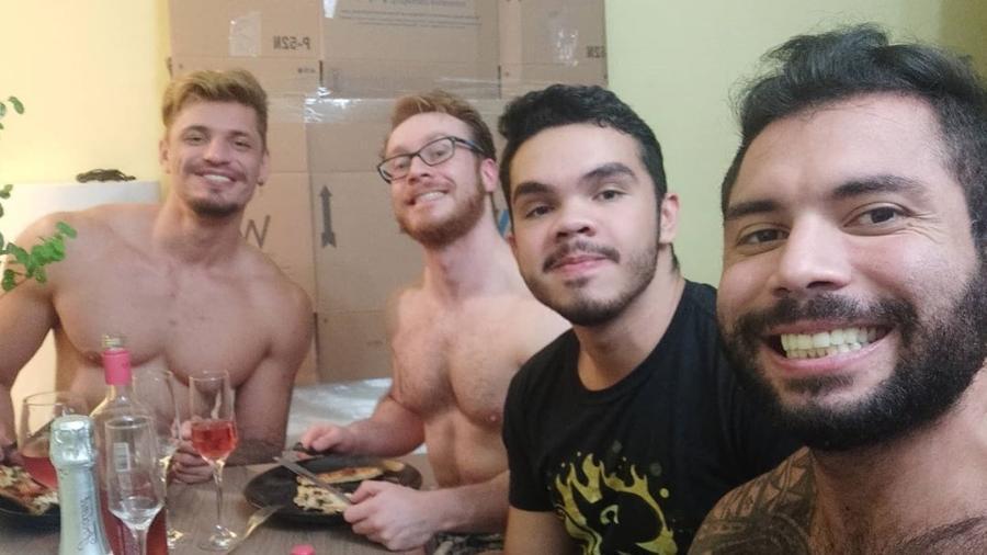 O quadrisal formado por Léo, Rafa, Samuel e Sérgio na primeira refeição na casa nova, que compraram juntos - Reprodução/Instagram