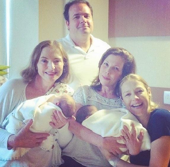 Luana Piovani posta a primeira foto com os gêmeos recém-nascidos em sua conta do Instagram