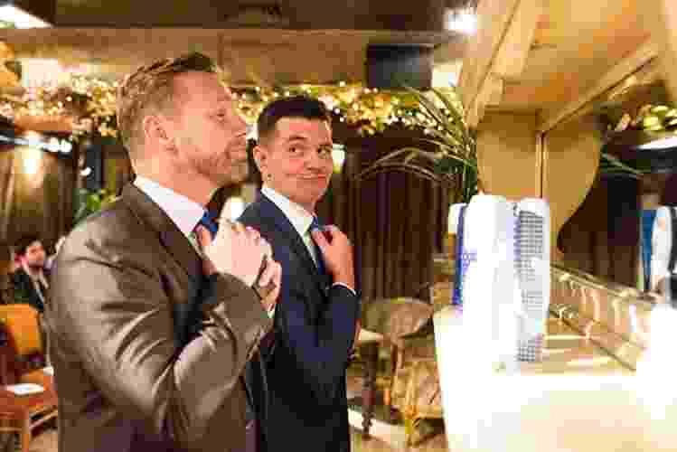 """John Taylor decidiu fazer um ensaio de fotos pré-casamento um tanto quanto inusitado. No lugar da noiva, ele e seu padrinho, Andy Pemberton, protagonizaram imagens """"românticas"""" para celebrar os anos de amizade. As fotos, feitas em uma suíte de hotel em Newcastle, na Inglaterra, mostram os amigos em momentos """"íntimos"""" e divertidos. As informações são do """"Buzzfeed"""" americano - Katie Byram/Divulgação"""