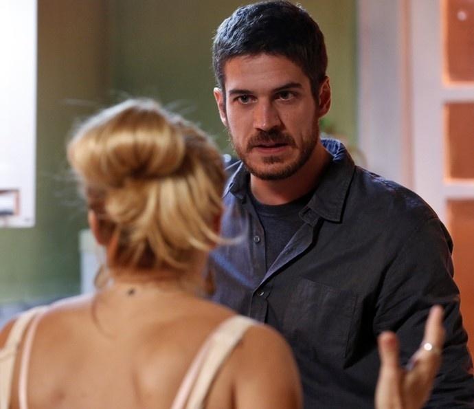 Dante (Marco Pigossi) discute com Lara (Carolina Dieckmann) e termina a relação em