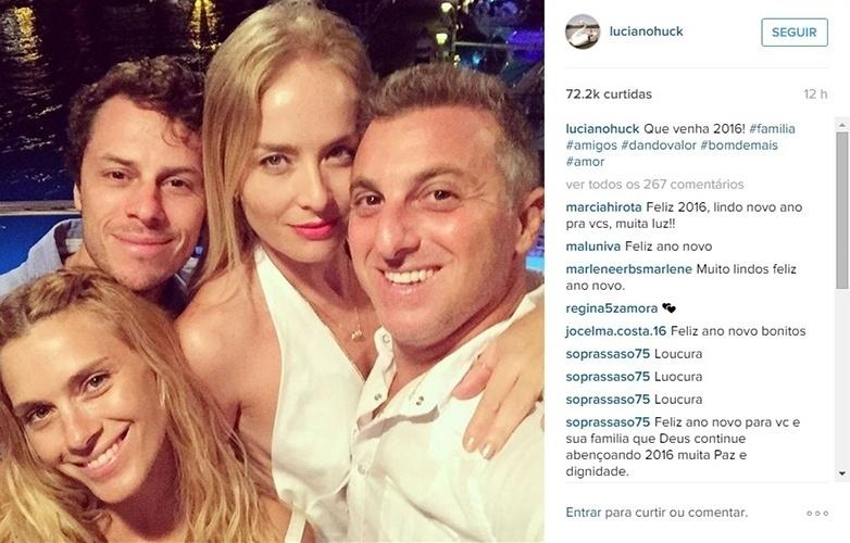 """1.jan.2016 - Luciano Huck e Angélica comemoram o Réveillon com os amigos Carolina Dieckmann e Tiago Worcman. """"Que venha 2016"""", escreveu o apresentador"""
