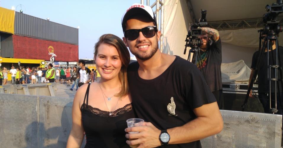23.jan.2016 - O casal Taymara Melo, 28, turismologa, André Thomaz do Nascimento, 28, contador, apostaram no look simples para curtir a noite no CarnaUOL, que acontece no Urban Stage, em São Paulo.